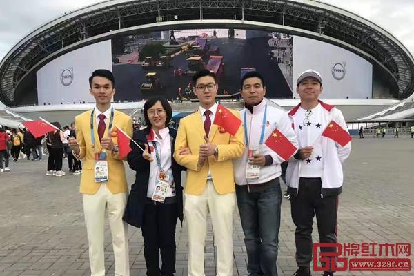 翟梓曦(右三)与导师、队友在比赛现场合影留念