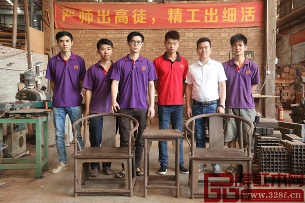 翟梓曦(左三)在国方家居实习期间的合影