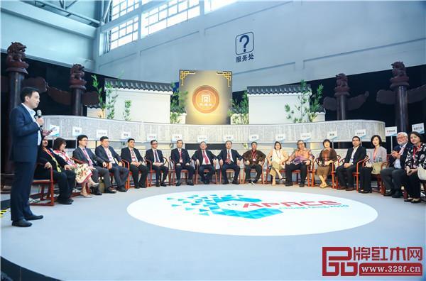 """紫檀王""""和平圈椅""""现身第十九届亚太零售商大会暨国际消费品博览会"""