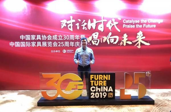 东成红木营销中心总经理曾东阳出席了当天的庆典