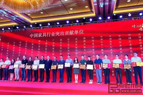 在中国家具协会成立30周年暨中国国际家具展览会25周年庆典上,表彰了一批红木家具行业表现卓越、突出、优秀的单位与个人