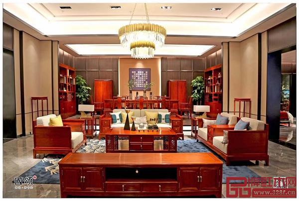 地天泰·国颂《和顺沙发》,精选缅甸花梨打造而成,宛如谦谦君子,卓尔不凡
