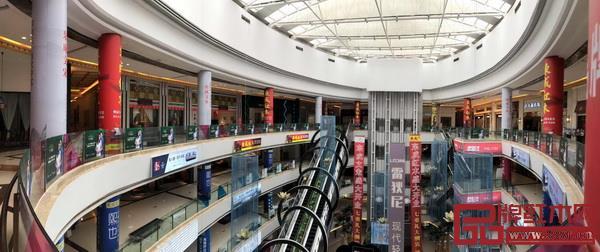开业商场内随处可见的东成红木广告