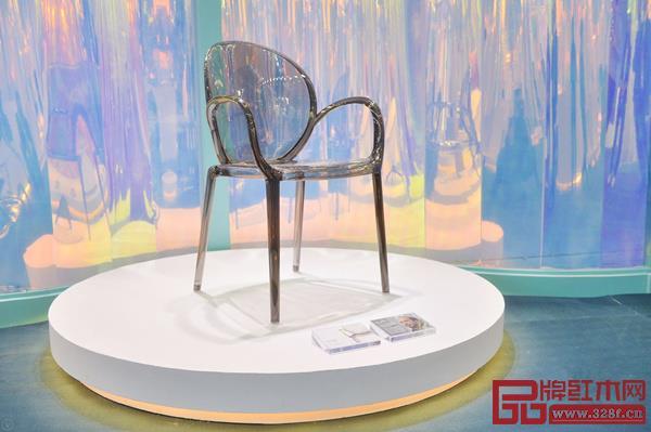 家具与绚丽的背景搭配相得益彰