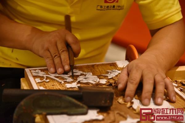 职工组参赛者正认真雕刻自己的参赛作品