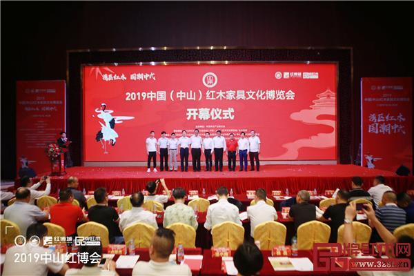 贺修虎(右五)与一众嘉宾为2019中山红博会开幕仪式剪彩