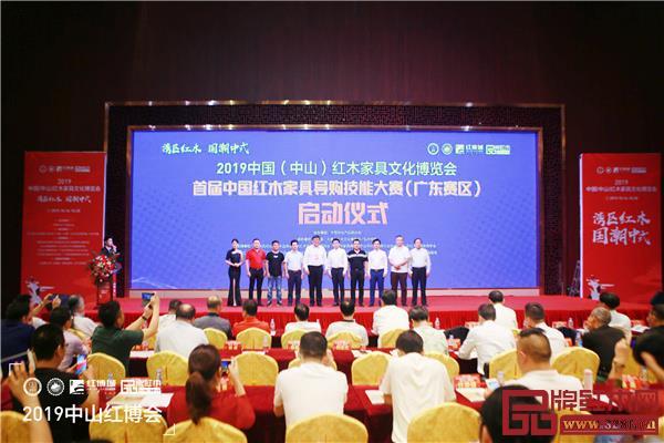 宋维明(左五)与一众嘉宾见证首届中国千赢国际入口导购技能大赛(广东赛区)启动