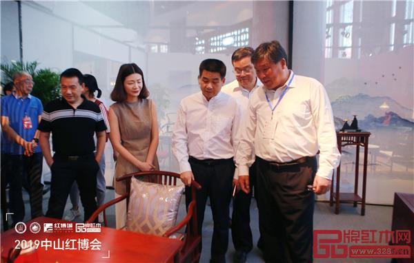 宋维明(右一)参观2019中山红博会参展展商产品