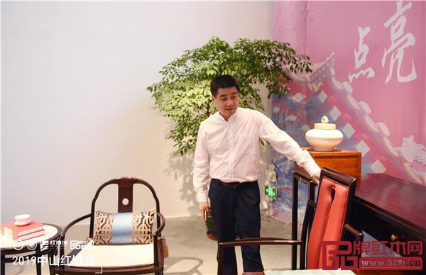 贺修虎参观2019中山红博会参展展商产品