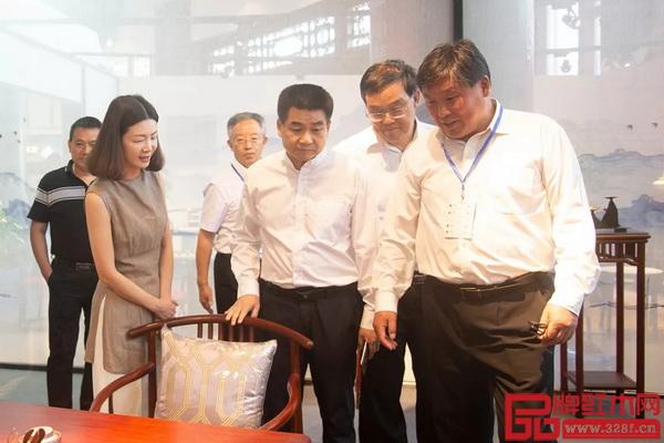 专家领导莅临红古轩展位,并盛赞产品细节处理到位