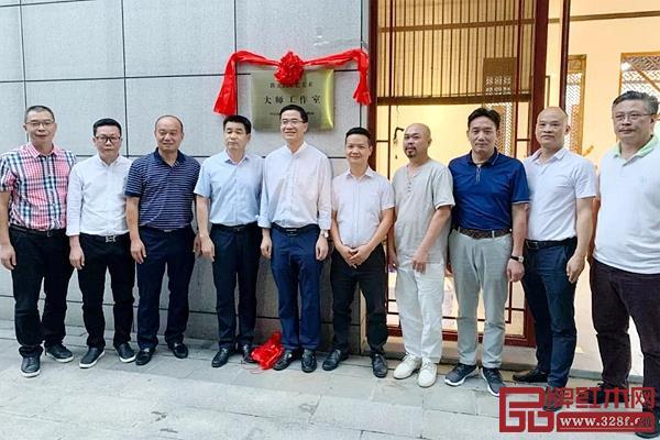 由中山市人力资源和社会保障局颁发的陈正民工艺美术大师工作室正式挂牌