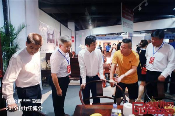 木缘红木董事长汪辉(右二)为专家领导介绍木缘红木家具工艺与细节