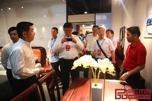 领导、专家参观顺泰轩·书香门第产品,并对心仪产品留下影像