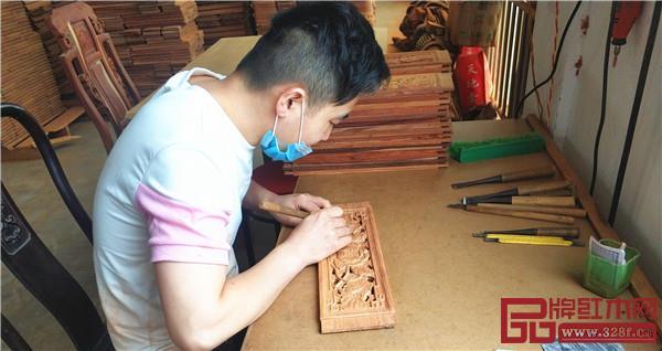 中信亚博体育下载苹果木工师傅手工精雕