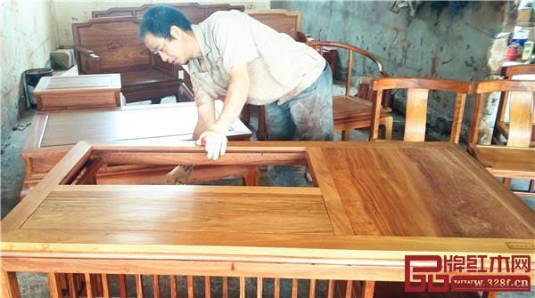 中信亚博体育下载苹果油漆工人手工上油漆