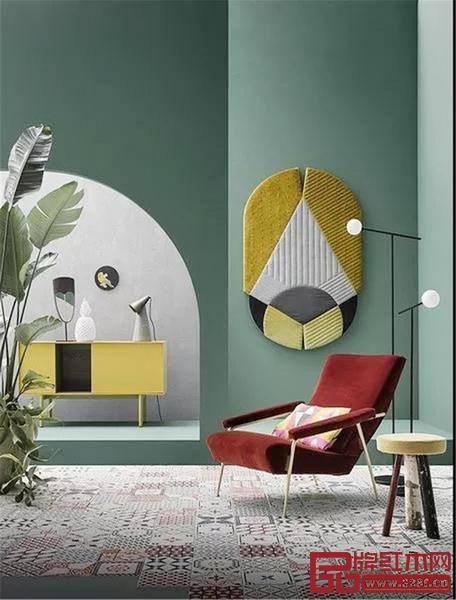 大面积的牛油果绿墙壁,与亮色的家具搭配,自然又雅致