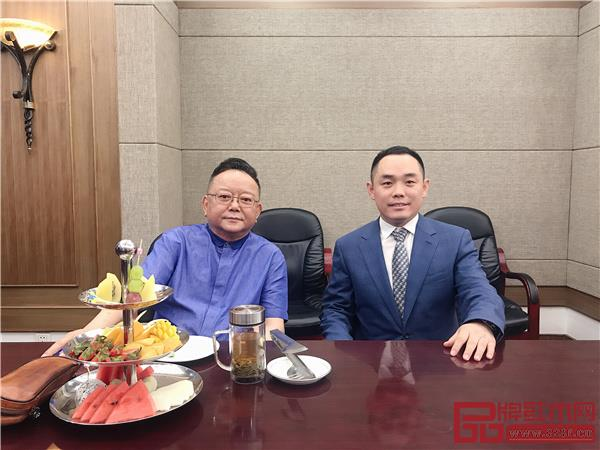 大成尚品品牌代言人、著名表演艺术家王刚老师与董事长黄秋奇(右)合影