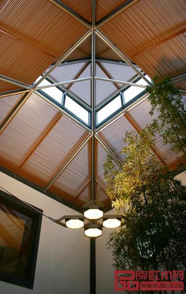 屋顶采光借鉴了中国传统的采光构件
