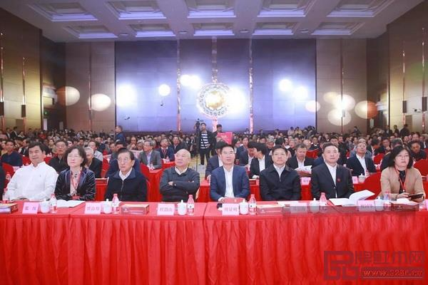 第十四届中国木雕竹编工艺美术博览会开幕式现场,众多领导嘉宾齐聚一堂