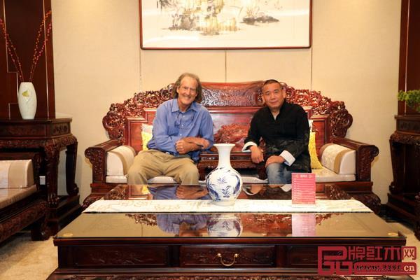 诺贝尔生理学或医学奖获得者克雷格·梅洛教授(左)与华厦·大不同董事长陈田华合影.jpg