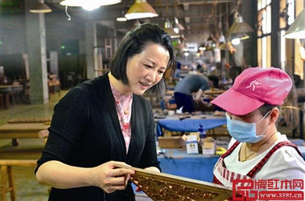 金品世家总经理、技术总监林丽钗(左)在工厂与工人交流产品工艺