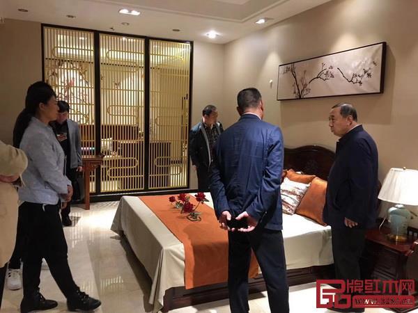 人力资源和社会保障部原副部长、党组副书记杨志明(右一)等贵宾莅临指导兴成红木.jpg
