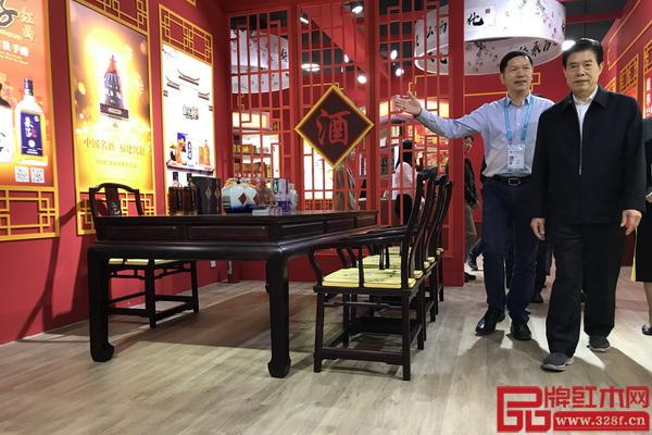 国家商务部部长、党组书记钟山(右一)参观品鉴怀古亚博体育下载苹果典藏家具