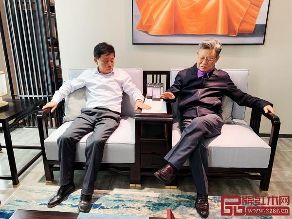 联合国前副秘书长沙祖康(右)体验新中式品牌檀一系列产品舒适度,与雅晟红木董事长冯日成(左)亲切交谈