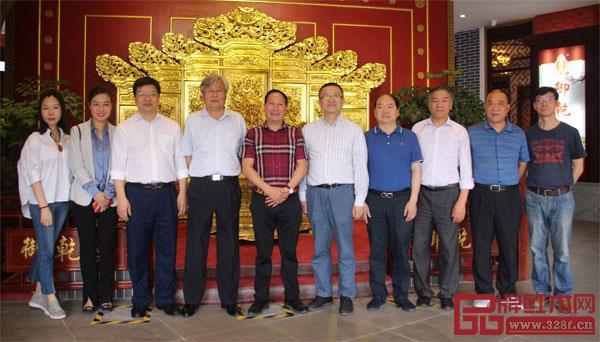 西泠印社老师们与浙江工艺美术行业人员走进御乾堂红木,并与御乾堂红木董事长马海军(左五)在展厅内合影