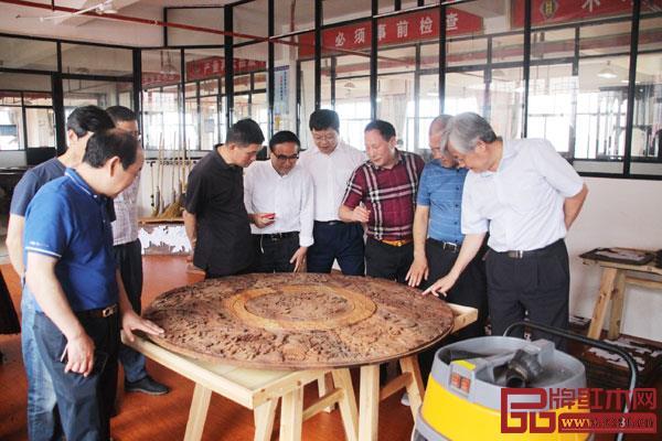西泠印社老师们在御乾堂红木车间内近距离感受木雕制作工艺