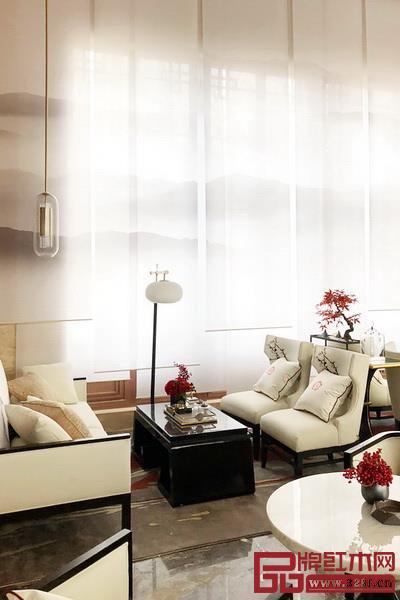红木家具配什么窗帘好看?竹和木的百叶帘、亚麻和薄纱的卷帘等,它们都能将人带入中式美居氛围。红木家具搭配窗帘效果图