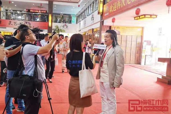伍炳亮正在接受腾讯家居与品牌红木的现场采访