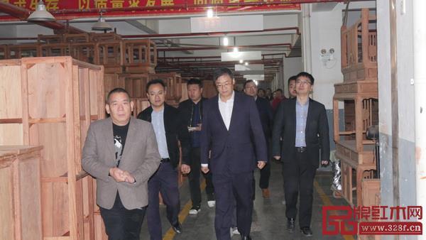 华厦·大不同董事长陈田华(左一)陪同领导参观工厂生产.jpg