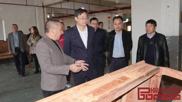 华厦·大不同董事长陈田华(左一)为领导讲解华厦·大不同环保措施.jpg