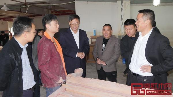 到访领导同华厦·大不同生产员工进行了交谈.jpg