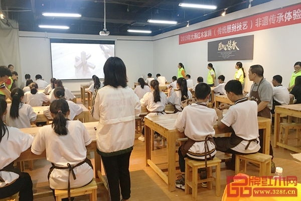 广大学子在学习红木雕刻技艺,体验纯粹的生活美学