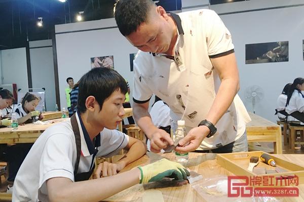 广东省非物质文化遗产传承人李仲良先生在为学生耐心讲解