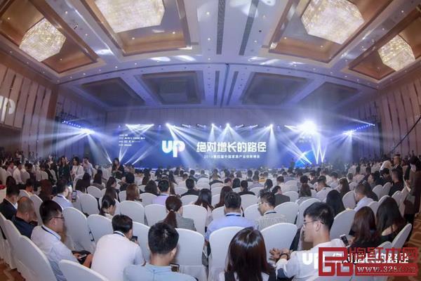由腾讯广告、腾讯家居、贝壳联合优居主办的2019第四届中国家居产业创新峰会隆重举行