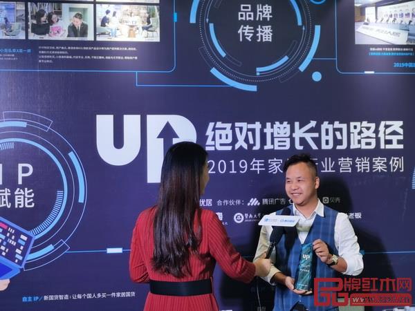卓木王副董事长杜宪宪(右)接受腾讯家居采访