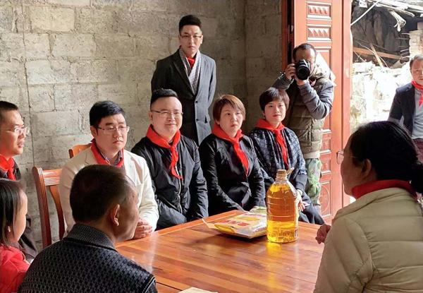 东成红木爱心助学公益团走访困难学生家庭,为他们送上了生活物资和慰问金