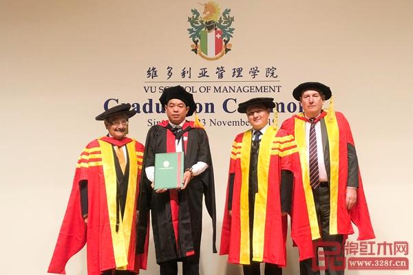 尹付林领取维多利亚国际商学院国际商务博士学位证书,并与学院领导、教授合影