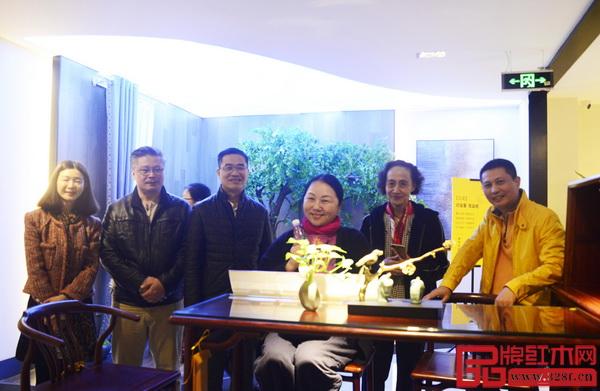 在广东省家具协会会长王克(左三)、红古轩总经理吴赤宇的陪同下,中国家具协会副理事长张冰冰(右二)一行近距离品鉴红古轩红木家具