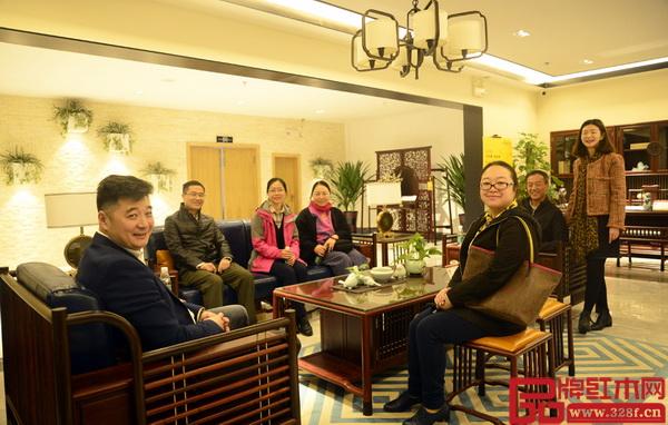 嘉宾团一行落座红古轩新中式红木红木家具