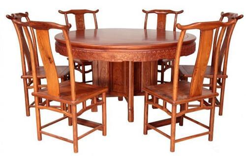亚博体育下载苹果餐桌如何选购?要挑坚固结实木纹较细密的