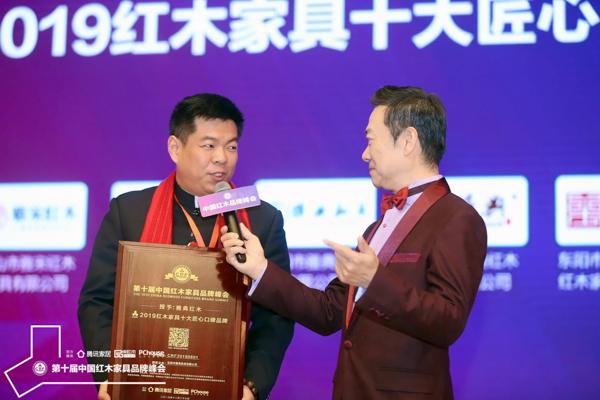 居典红木董事长尹付林(左)接受中央电视台主持人赵保乐的采访
