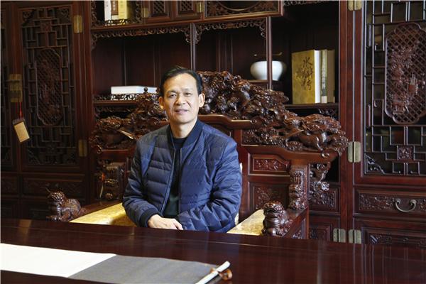 海强红木在董事长马海荣的领导下发展迅速.jpg