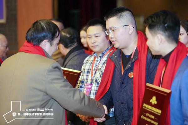 红星美凯龙集团高级顾问吴为为为顺泰轩·书香门第总经理刘浩颁牌