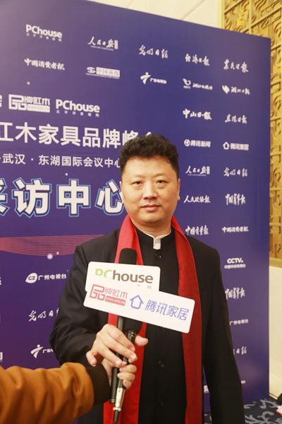 国福干燥董事长李国林在第十届中国红木品牌峰会现场接受腾讯家居、太平洋家居、品牌红木的现场采访