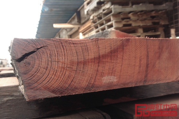 国方红木家具选用优质大红酸枝,色泽温润,纹理清晰