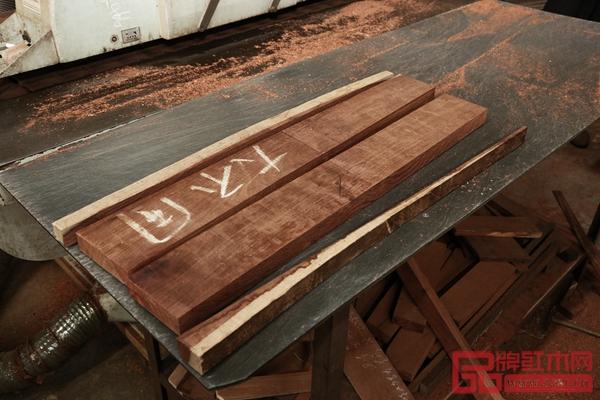 国方红木家具中不含一丁点白皮,百分百的打造精品家具